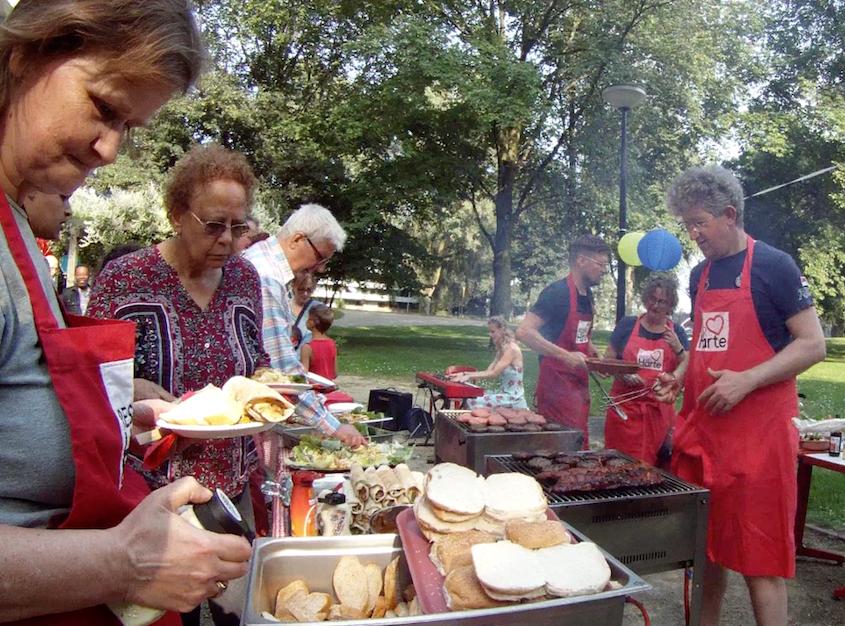 Resto van Harte Zomer Barbecue in samenwerking met buurtvrijwilligers van o.a. Hemelsbreed