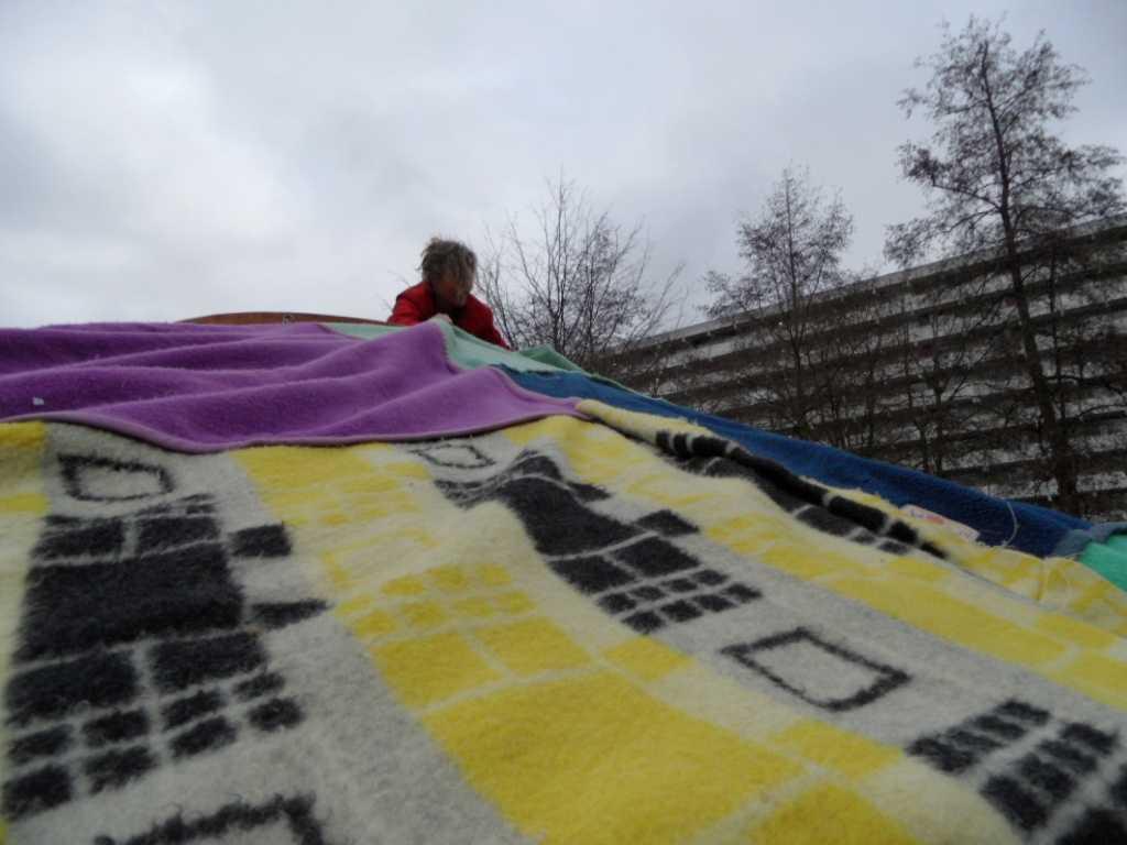 Een laag van wollen dekens maakt het behaaglijk in de yurt