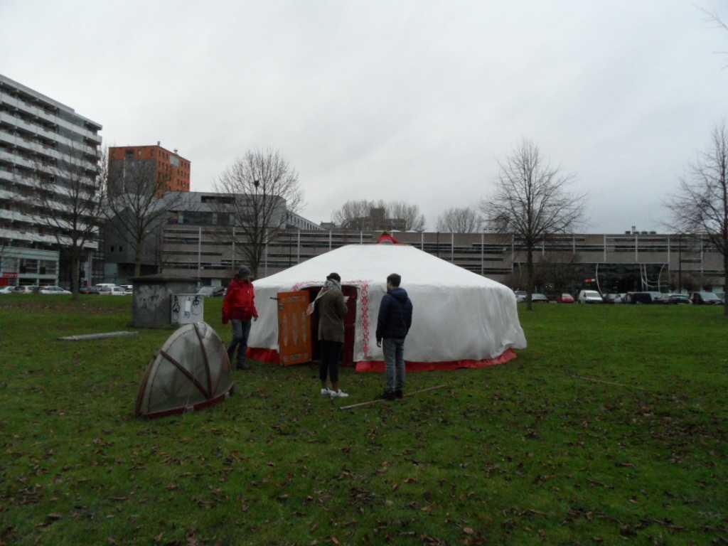 Opbouw van de Yurt met een aantal vrijwilligers