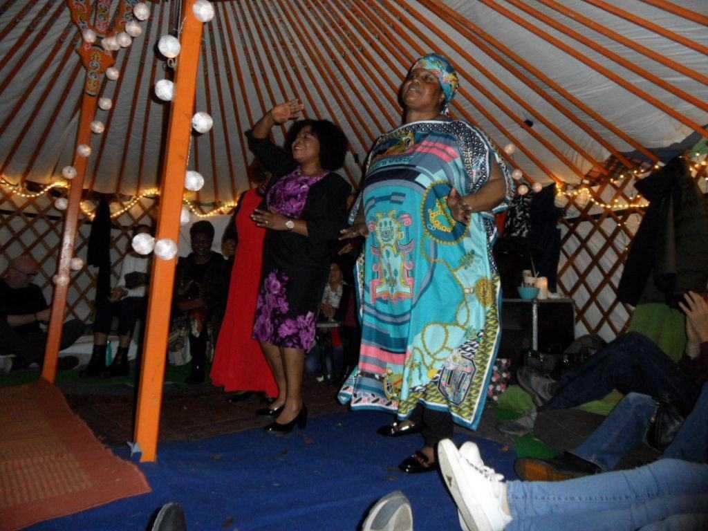 Optreden 'Inspirational Voices' in de Yurt op het Midwinterfestival 2019